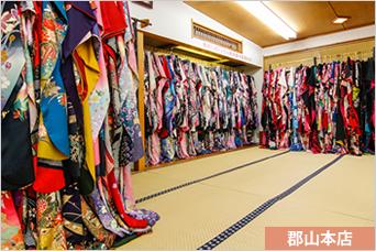 店内風景その1 - 振袖1000着以上お手にとってご覧になれます。