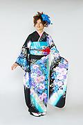 1615 黒系 白染め分け青い薔薇、大小の桜柄 tt-b桂由美 サムネイル