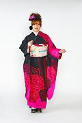 1637 黒系 裾チェリーピンク大輪の薔薇柄 tt-bn217 サムネイル