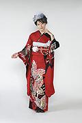 1648 赤系 ラメ入り黒染め分け金彩蝶柄前面写真